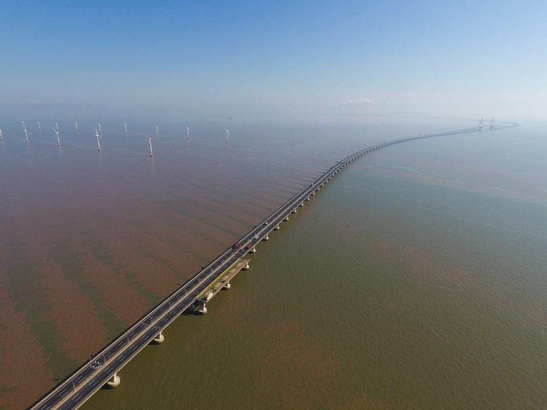 俯瞰上海东海大桥海上风电场