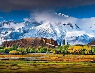 沿线主要旅游景区景点有孔雀河,铁门关,轮台胡杨林,库车大峡谷,克孜尔