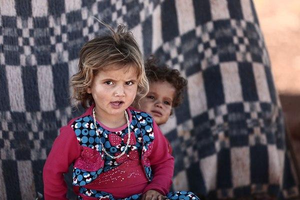 9月2日,在叙利亚伊德利卜省的一个村庄,两名儿童坐在难民营里.